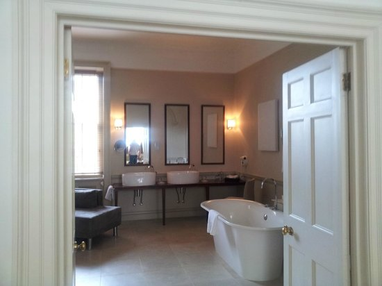 Queensberry Hotel: Bathroom entrance