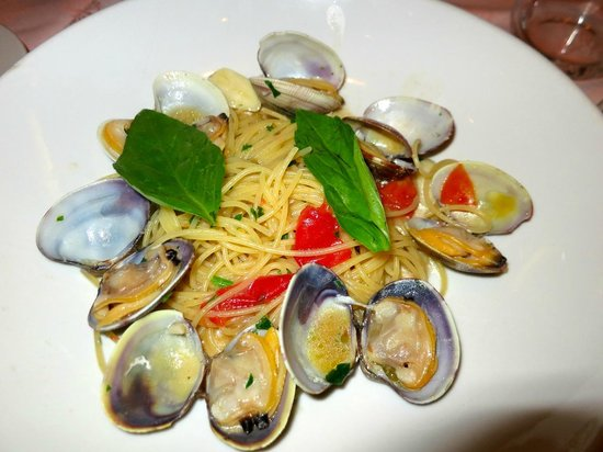 Restaurant La Piazza : Linguini with Clams (VONGOLE) Click on the image to look at the sauce in the shells!