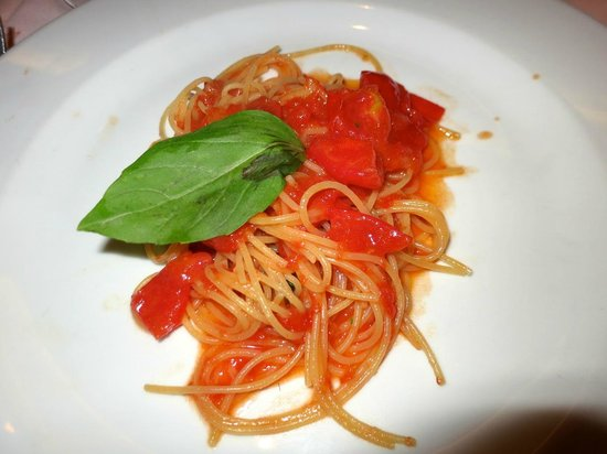 Restaurant La Piazza : The best tomato and basil pasta ever tried! Click to taste!