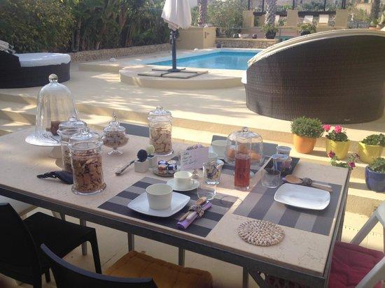 Thirtyseven Gozo: Petit déj au bord de la piscine