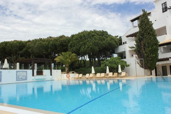 Pine Cliffs Hotel, a Luxury Collection Resort: pool side area. so serene!!!
