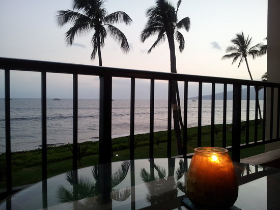 Sugar Beach Resort: Dinner on the lanai with the sun setting.