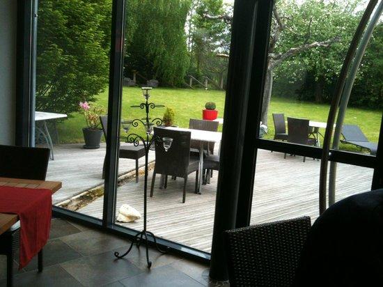 Auberge de Chavannes : Le patio ouvre sur la jardin et la terrasse