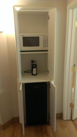 La Quinta Inn & Suites Panama City: Microwave and mini fridge in tucked away alcove