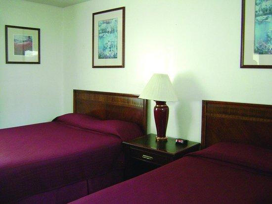 Cedar Lodge Motel: Cedar Lodge - Two Queen Beds Family Suite