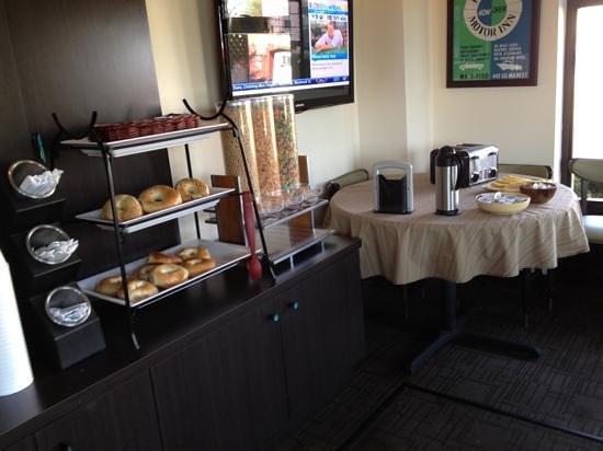 فريبورت إن آند مارينا: continental breakfast? more like carb breakfast! only bagels, 3 sugary cereals or thawed out waf