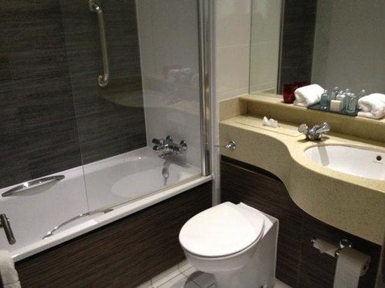 Village Hotel Cardiff: very clean bathroom