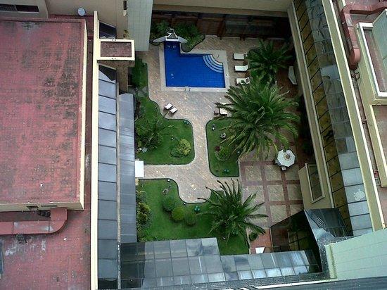 Swissotel Quito: Jardín y Piscina desde el ascensor panorámico