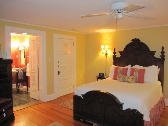 Pinecrest Bed and Breakfast: Our room