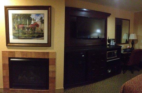 Ayres Hotel Redlands: Fireplace/TV
