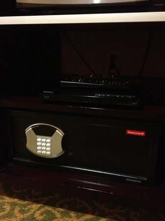 Ayres Hotel Redlands: Personal safe and DVD player