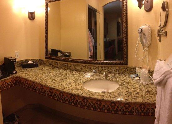 Ayres Hotel Redlands: Large vanity open to room