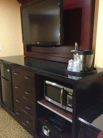 Ayres Hotel Redlands: Large TV, fridge, drawers, microwave, ice bucket, safe, etc.