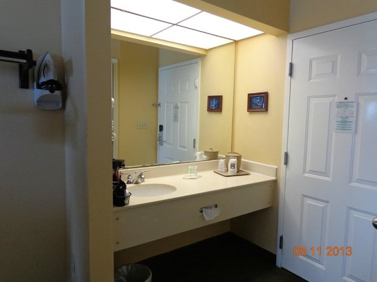Comfort Inn of West Monroe: Vanity outside of small bathroom