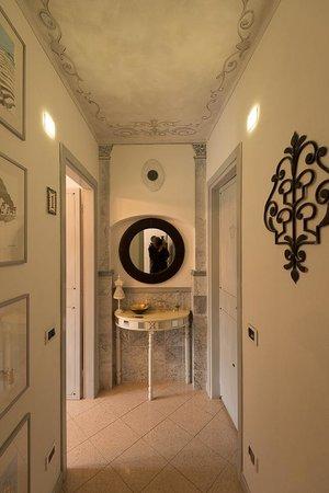 La Torretta: couloir chambre/salon