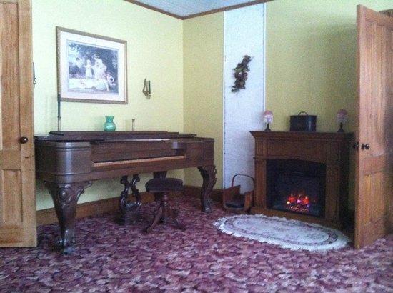 The Willow Tree Inn Bed & Breakfast: living room