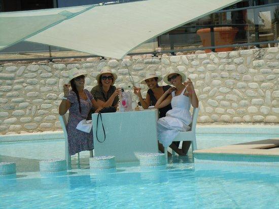 Grand Hotel des Flamants Roses: Déjeuner les pieds dans l'eau de la piscine!