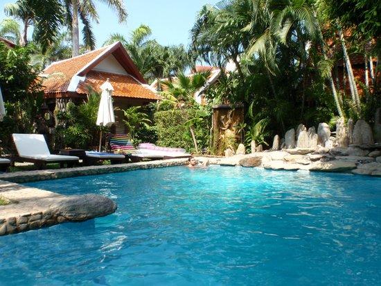 Le Prive Pattaya: Adorable piscine face à notre chambre