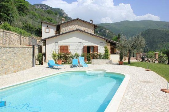 Pucci Country House: The swimming pool and our apartment