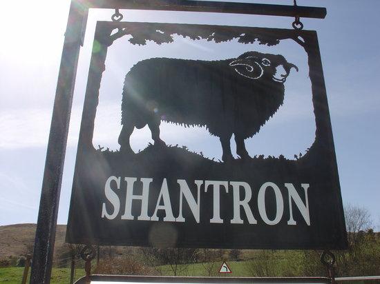 Shantron Farm B&B: Farm sign at the end of the road