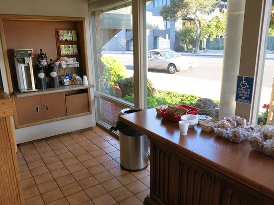 Vagabond Inn Ventura: the breakfast counter
