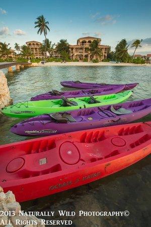 Coco Beach Resort: Coooco Beach kayak rental looking back toward resort