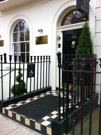 Excelsior Hotel London: front stoop of the Excelsior, but the front desk is two doors down