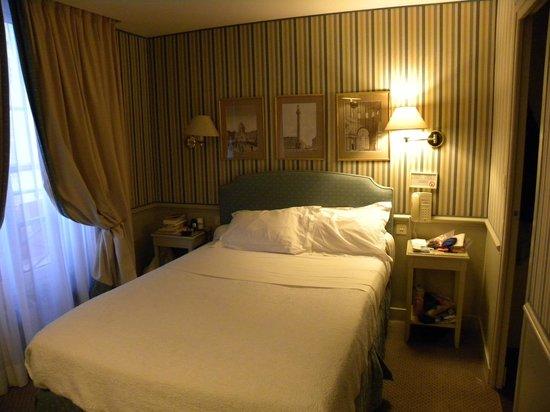Hotel du Champ de Mars: Comfortable Double Bed