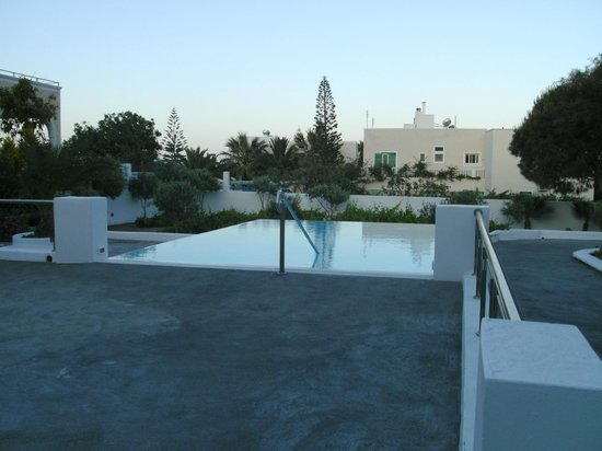 Santorini Kastelli Resort: Small horizon pool