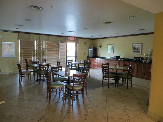 Sleep Inn & Suites: Breakfast area.