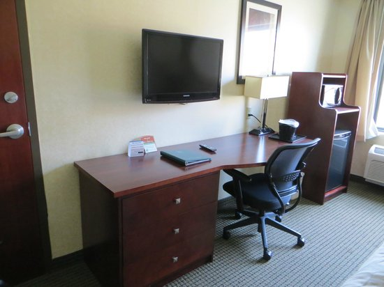 Sleep Inn & Suites: Desk area of room.