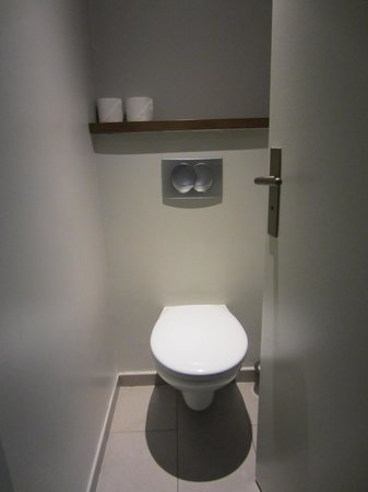 Citadines Les Halles Paris: A small, but tidy and clean toilet.