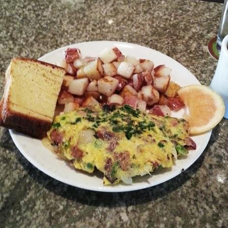 Food Dance Cafe: Omelet with breakfast potatoes and toasted brioche