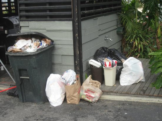 Inn at Calafia Beach : trash overflowed all day cause it wasn't taken out!