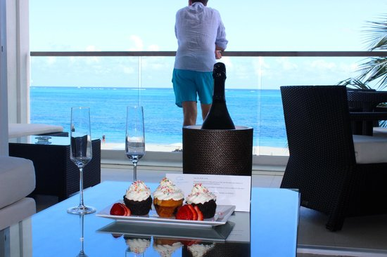 Gansevoort Turks + Caicos: Greeted with champagne and cupcakes in our room