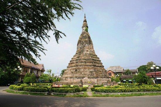 Black Stupa (That Dam) : 道の真ん中に突如として現れます。