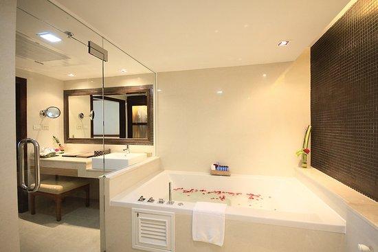 رويال كليف بيتش تيراس هوتل: Family Suite Bathroom