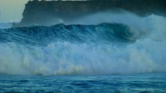 Boa Hills Surf House: giant wave at boa beach