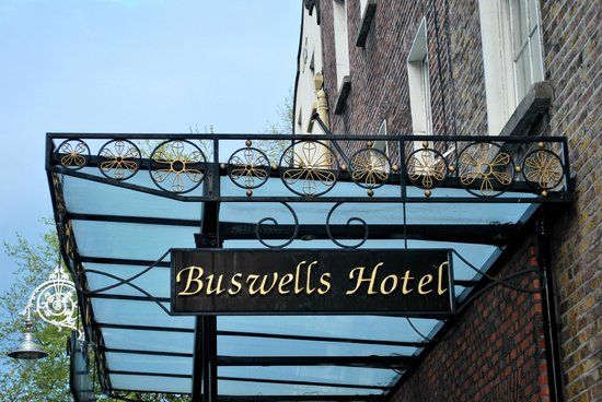 Buswells Hotel: Entrance to Buswells.