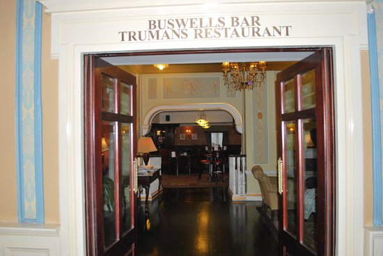 Buswells Hotel: Looking into the restaurant.