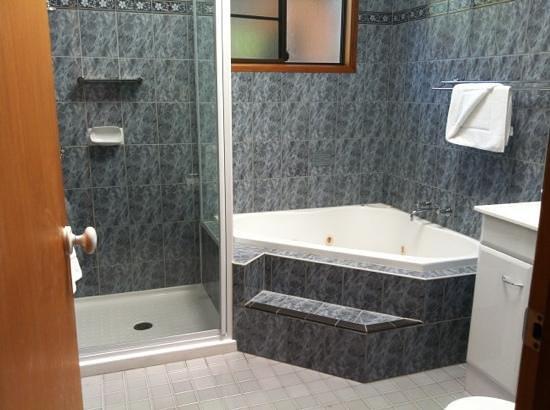 Ingenia Holidays Cairns Coconut: Bathroom w/ spa