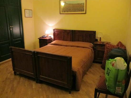 Hotel Giglio: Wooden bedstead
