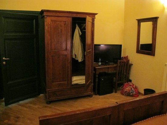 Hotel Giglio : Armoir and desk