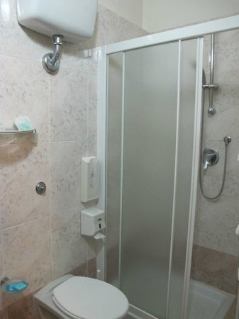 Hotel Giglio: Shower