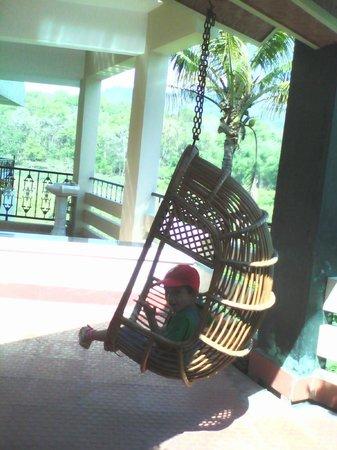 جانغل بالاس هومستاي: A amazing view ...relaxing on a swing