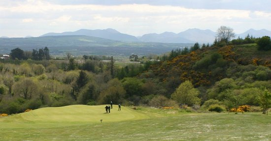 Castleisland, Irlanda: The 9th hole with the McGillicuddy Reeks overhead.