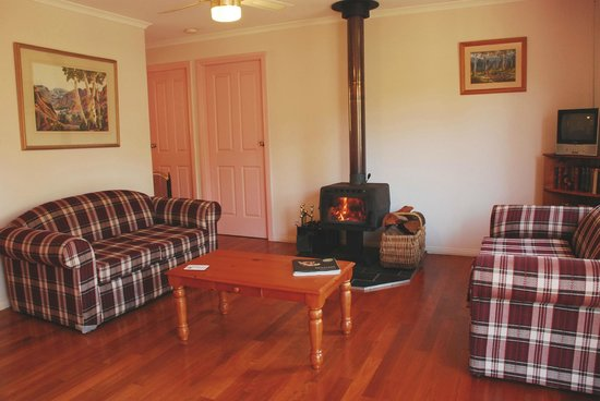 Peacehaven Country Cottages & Farmstay: Peacehaven Country Cottages, cosy log fire