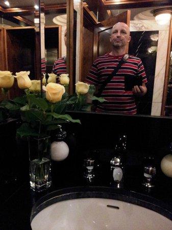 Hotel Imperial Vienna: Натюрморт в туалете