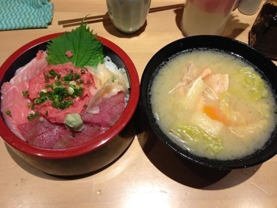 Makanaiya Don: ハーフ&ハーフ ¥980 トロ、赤身、ネギトロが乗っていて美味しかった! 汁付き♪