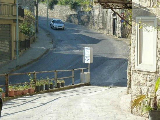 B&B Pineta Monserrato: Ausfahrt auf Strada Nazionale
